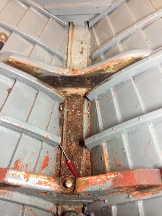 Här satt mastfoten. Nu blir det en U profil i stål som monteras uppepå bottenstockarna.